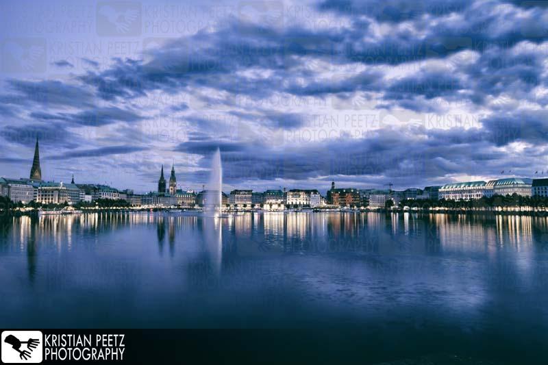 Deutschland, Hamburg, Langzeitaufnahmen der Alster bei Nacht.