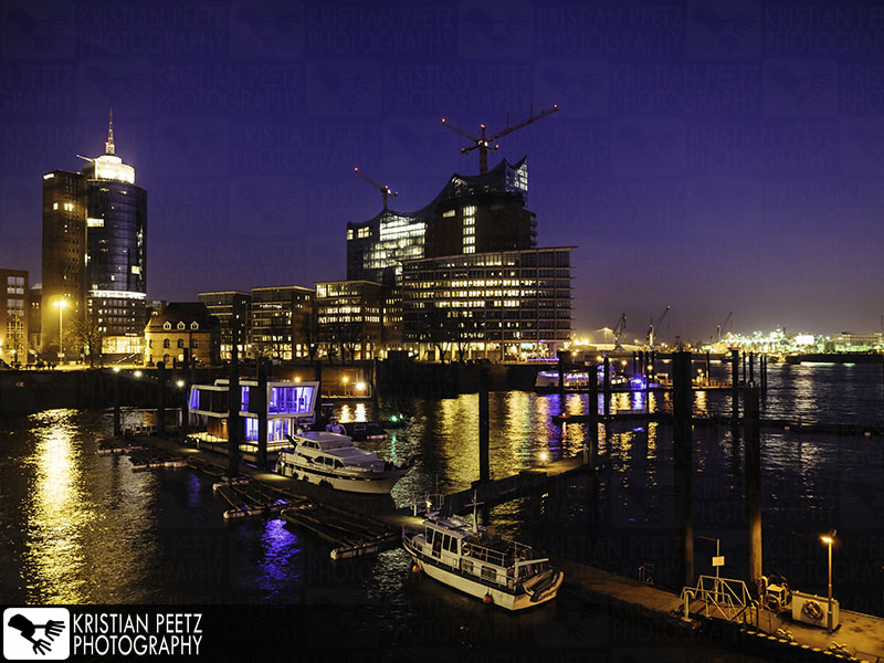 Deutschland, Hamburg, Hafen, Blick auf die Elbphilarmonie bei Nacht.