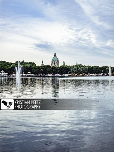 Deutschland, Hannover, Blick auf die Skyline der Stadt vom Maschsee aus während des jährlichen Maschfestivals.