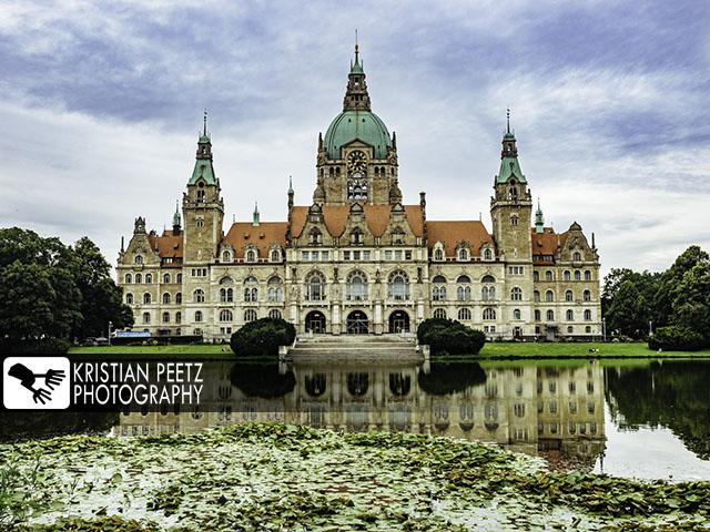 Deutschland, Hannover, Blick auf das Neue Rathaus mit Spiegelungen auf dem Maschteich.