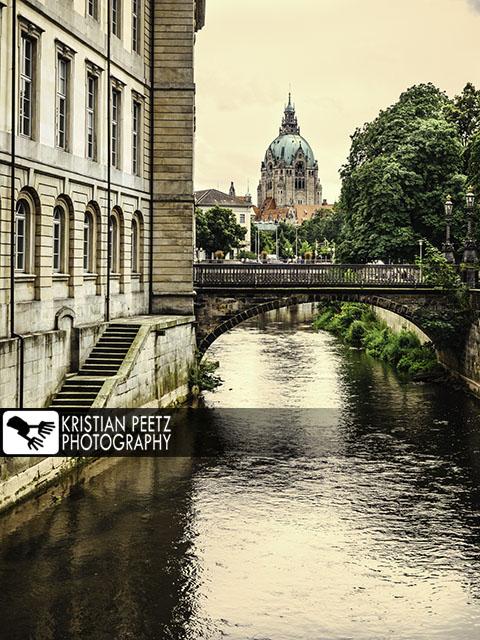 Deutschland, Hannover, Blick auf das Neue Rathaus von einem Kanal am Fluss Leine aus.