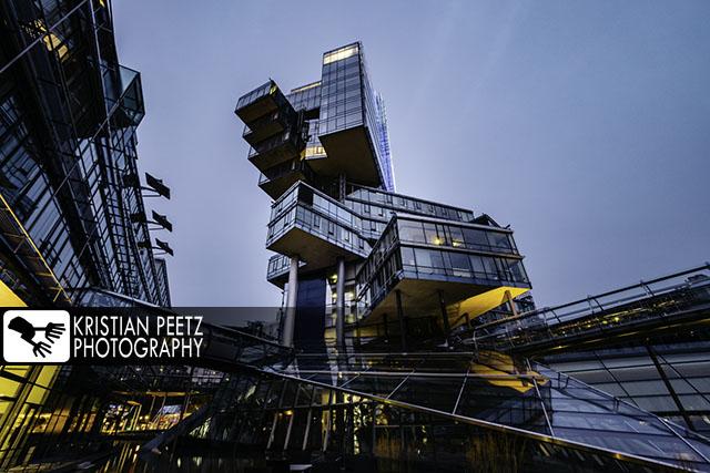 Deutschland, Hannover, Blick auf das futuristische Gebäude der Nord LB bei Nacht.